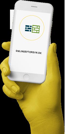 Hånd holder smartphone med logo fra onlineeftersyn.dk
